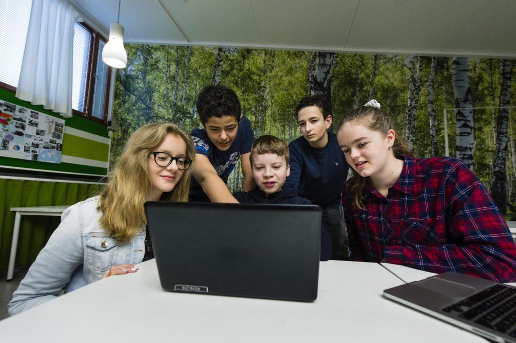 Lapset katsovat yhdessä tietokoneruutua.